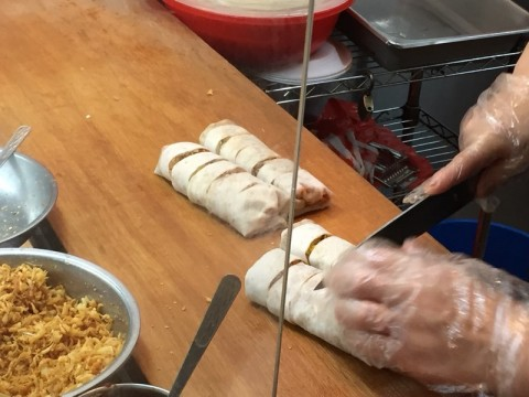 This is another popiah stall that I frequent. Chinese lady selling, but the taste is very Singapore. 👍👍👍