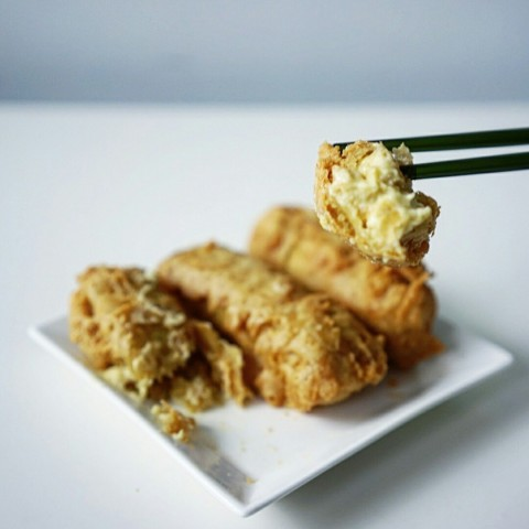 Thin, crispy batter encasing a huge wallop of durian puree. Served hot and it can be lethally addictive